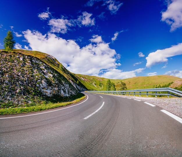 Estrada pavimentada sinuosa nos alpes franceses