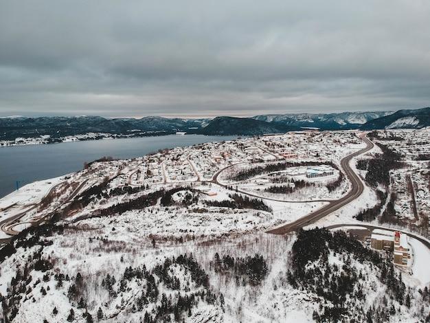 Estrada perto do corpo de água coberto de neve