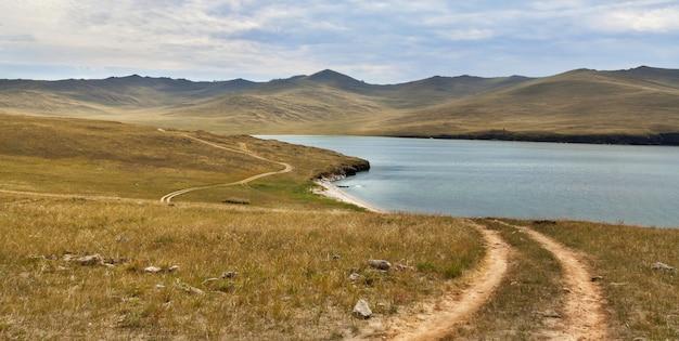 Estrada perto do lago com montanhas