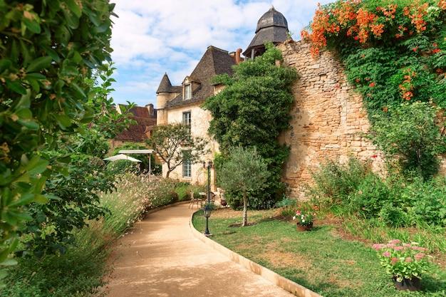 Estrada pitoresca para uma casa em uma vila francesa, região da aquitânia, frança