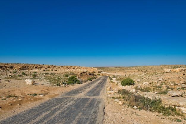Estrada que cruza o deserto de negev em israel
