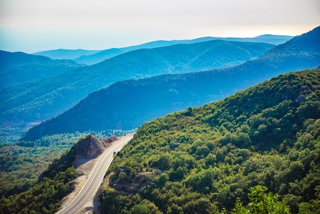 Estrada remota nas montanhas