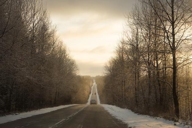 Estrada reta com carros no inverno na hora de ouro