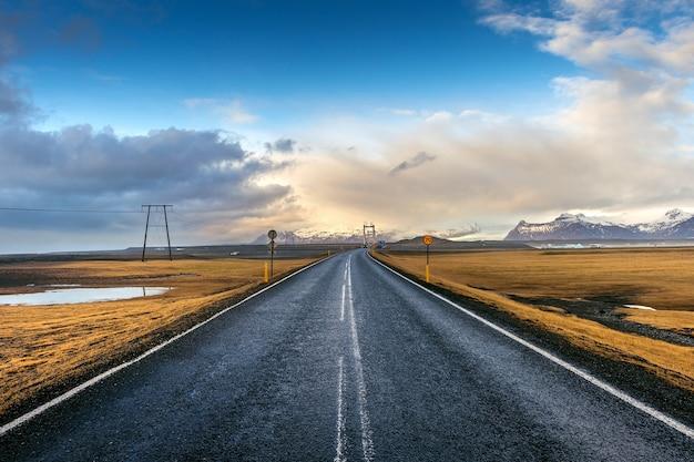 Estrada reta longa e céu azul, islândia.
