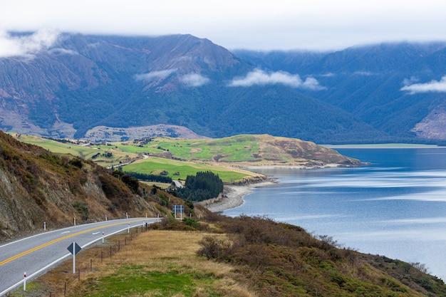 Estrada rodoviária panorâmica com o lago hawea e as montanhas wanaka, ilha do sul da nova zelândia