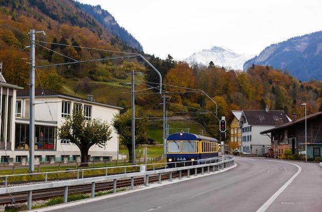 Estrada rural na suíça, perto da montanha jungfrau