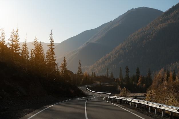 Estrada rural nas montanhas. outono.