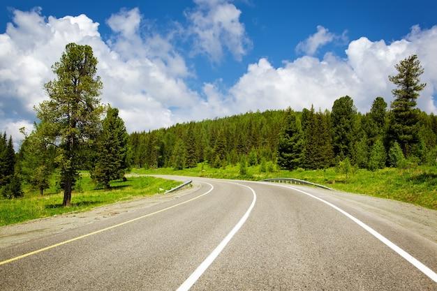 Estrada rural rodoviária nas montanhas
