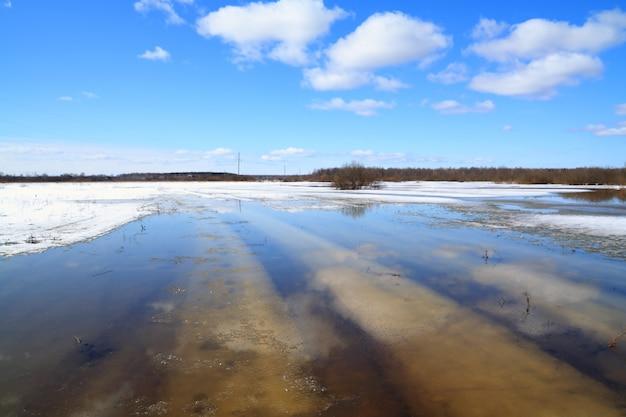 Estrada rural sob a água da nascente