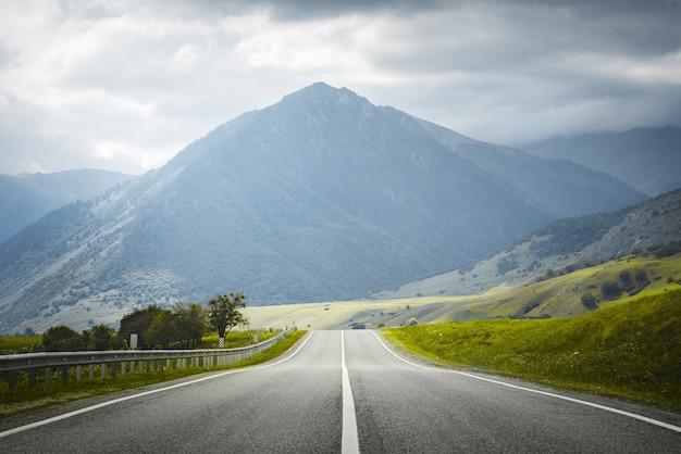 Estrada secundária para as montanhas. viagem