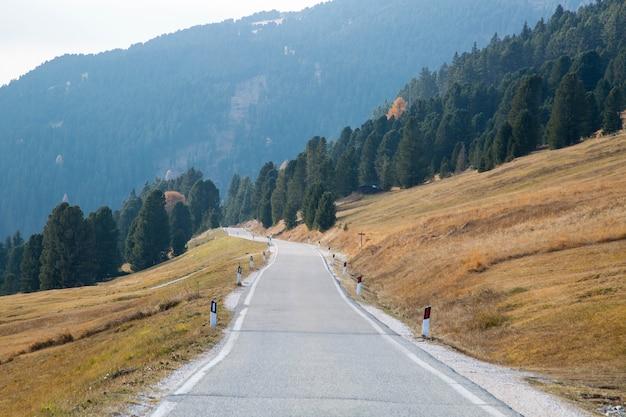 Estrada secundária para transporte durante o vale em bolzano, itália.