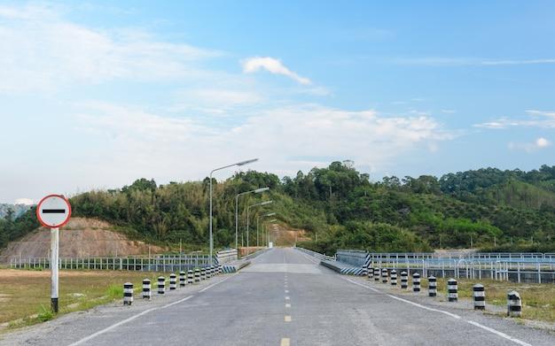 Estrada sem sinal de trânsito de entrada