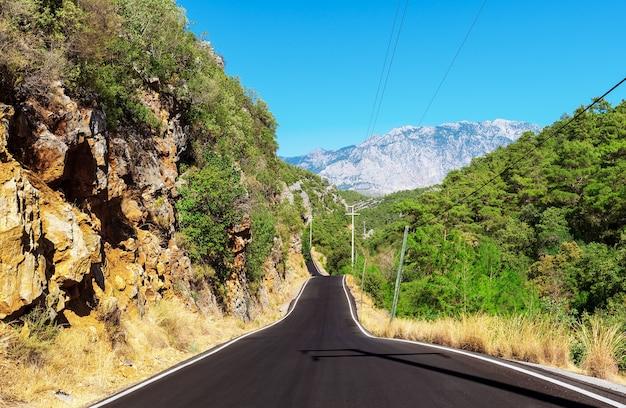 Estrada sinuosa de montanha de alanya ao desfiladeiro sapadere, turquia.