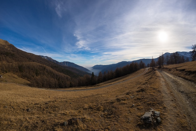 Estrada sinuosa de montanha nos alpes