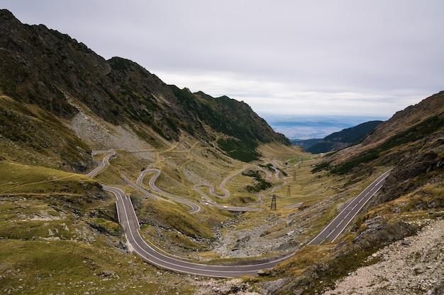 Estrada sinuosa de montanha transfagarasan na romênia