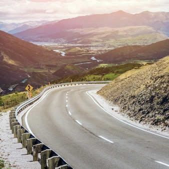 Estrada sinuosa e vazia na montanha