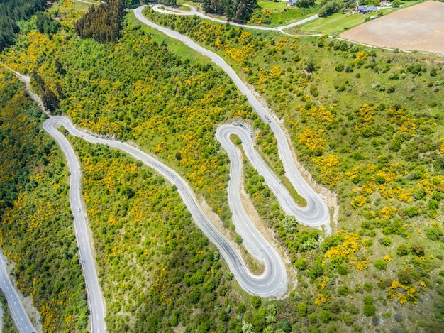 Estrada sinuosa na montanha, queenstown, nova zelândia