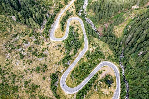 Estrada sinuosa nas montanhas, vista aérea.