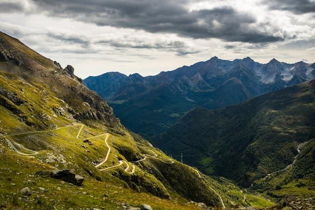 Estrada sinuosa para passagem de montanha