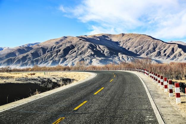 Estrada só com as montanhas no horizonte