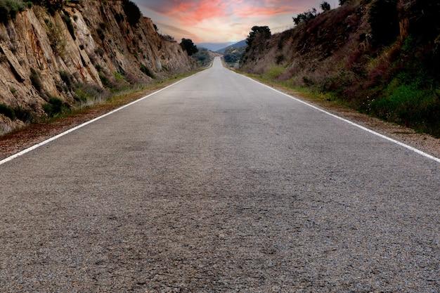 Estrada solitária com um céu deslumbrante ao fundo