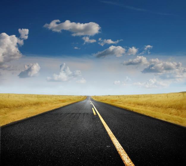 Estrada solitária vazia