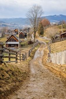 Estrada suja na aldeia dos cárpatos