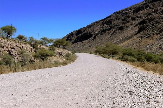 Estrada terrestre através do deserto