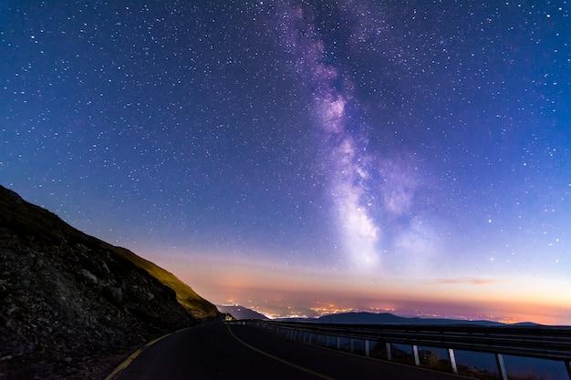 Estrada transalpina à noite com a via láctea acima, romênia