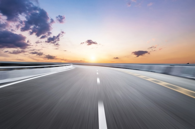 Estrada turva em nuvens ao entardecer