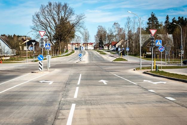 Estrada urbana com marcações e sinais.