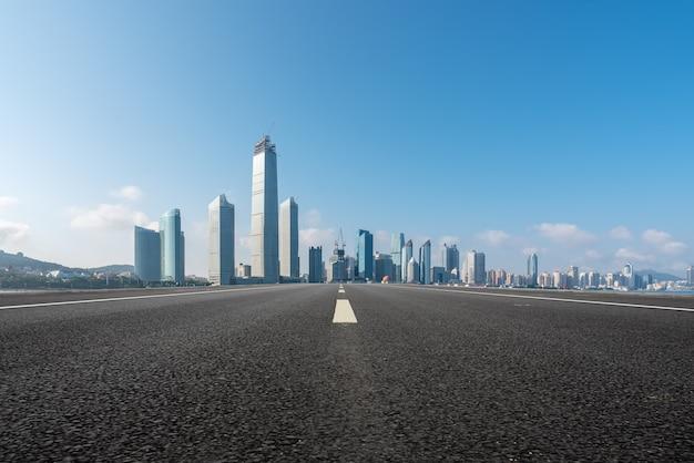 Estrada urbana e arquitetura moderna