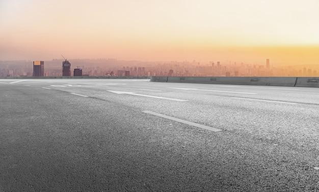 Estrada urbana e construção de chongqing com horizonte de paisagem