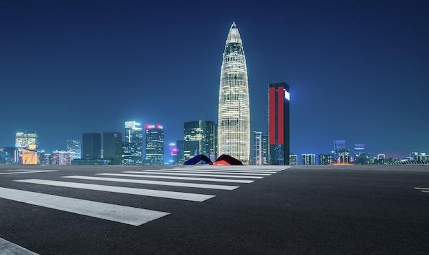Estrada urbana e horizonte de arquitetura de shenzhen