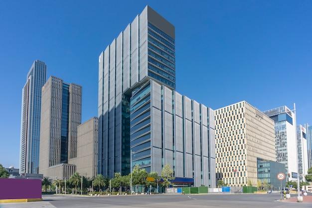 Estrada urbana e prédio comercial moderno da área comercial de ningbo