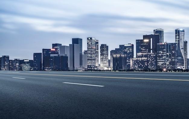 Estrada urbana e visão noturna da paisagem arquitetônica de hangzhou