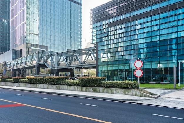 Estrada urbana vazia através da cidade moderna