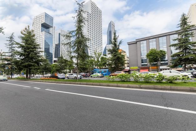 Estrada vazia com a paisagem urbana e o horizonte de chengdu, china