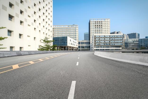 Estrada vazia com a paisagem urbana e o horizonte de shenzhen, china