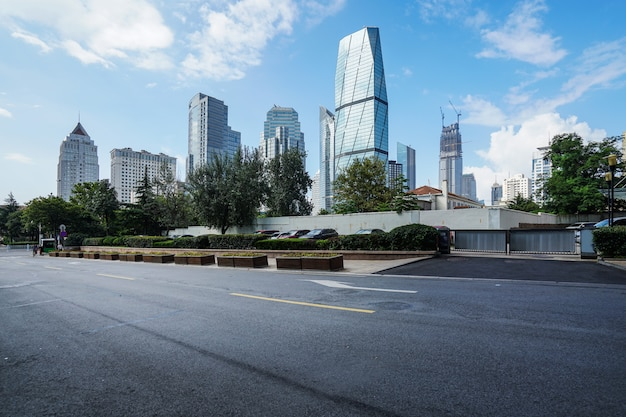 Estrada vazia com arquitetura da cidade e skyline de qingdao, china.