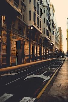 Estrada vazia de uma cidade ao pôr do sol.