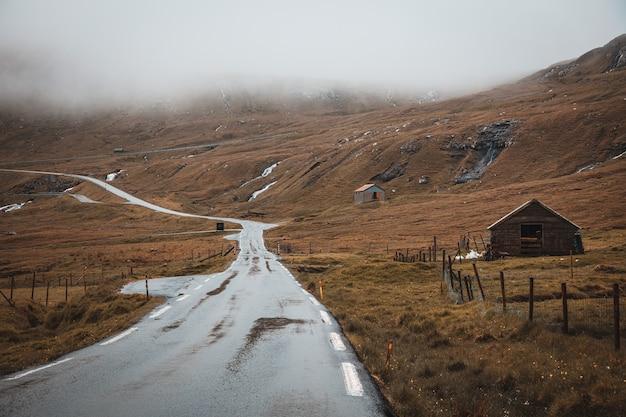 Estrada vazia em uma área deserta nas ilhas faroe durante o dia