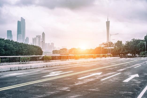 Estrada vazia na madrugada