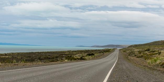 Estrada vazia, passando pela costa, província de santa cruz, patagônia, argentina