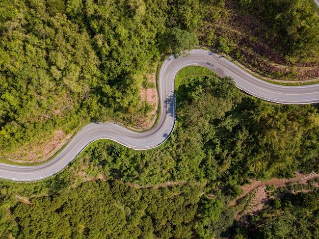 Estrada vista aérea na montanha