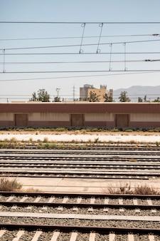 Estradas de ferro velhas em um dia ensolarado