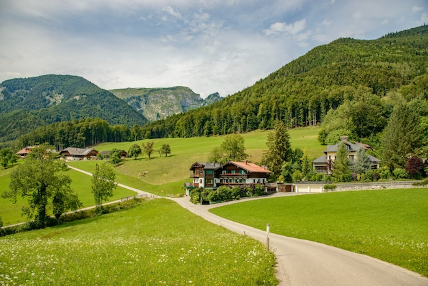 Estradas e casas em prados de montanha alp
