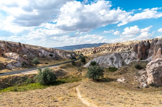 Estradas e formações rochosas na capadócia, perto da cidade de nevsehir, turquia