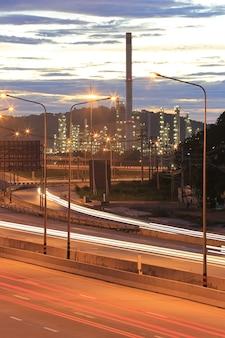 Estradas rodoviárias e vistas da refinaria de petróleo.
