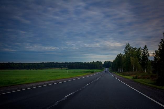 Estradas russas na carélia. viajar pela estrada estrada de asfalto. estrada suave